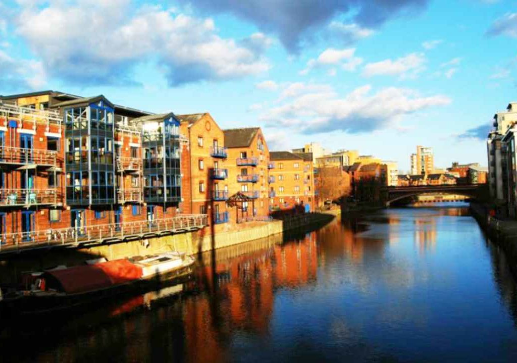 Removals Leeds. Liverpool Canal with modern apartments overlooking the canal